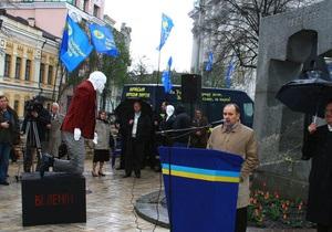 В центре Киева фигуру Ленина поставили на колени перед памятником жертвам Голодомора