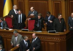 Оппозиционные фракции заблокировали трибуну и президиум Верховной Рады