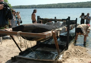 В Запорожье со дна Днепра подняли 500-летнюю лодку