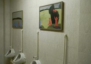 В России общественный туалет превратили в картинную галерею
