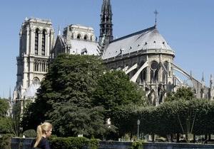 В Соборе Парижской Богоматери возле алтаря застрелился человек