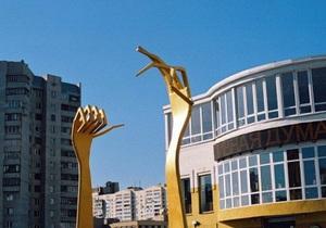 В Киеве на Позняках появилась скульптура Вилки у развилки