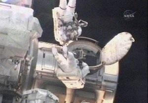 Астронавты Discovery в открытом космосе обновили систему охлаждения МКС