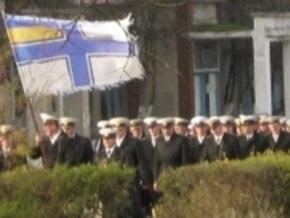 В крымском поселке подняли самый большой Военно-морской флаг Украины