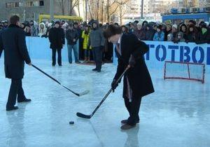 В Харькове открылся каток под открытым небом: Кернес с клюшкой вышел на лед