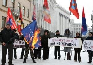 Под Администрацией Януковича сожгли флаг НАТО