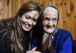 Фотогалерея: Посланники доброй воли. Питт и Джоли навестили боснийских беженцев