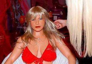 Итальянец заменил свою возлюбленную похожей на нее секс-куклой