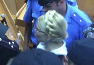 Тимошенко стало плохо и ее на 10 минут вывели из зала суда