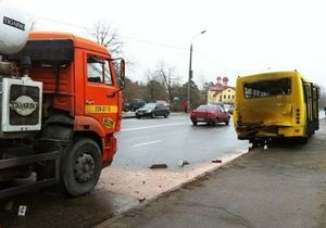 В Киеве на Радужном в маршрутку с людьми врезалась бетономешалка