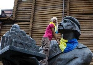 На памятниках в центре Киева появились сине-желтые платки