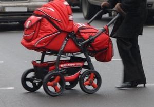 Во Львове пьяная женщина-водитель, выехав на тротуар, сбила коляску с младенцем