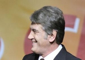 Ющенко подарили ледоруб: Лупайте цю скалу! Нехай ні жар, ні холод не спинить вас