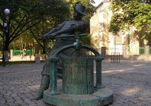 На Закарпатье спустя сутки после открытия сломали скульптуру Винодела