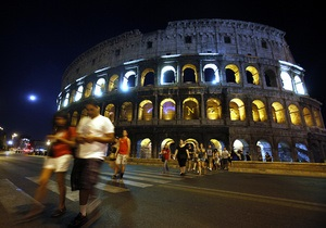 В Риме из-за наплыва туристов обрушилась часть стены Колизея