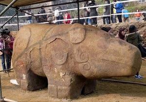 В Китае выкопали древнюю восьмитонную статую неизвестного животного