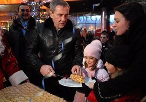 Фотогалерея: Как Черновецкий детей пирогом кормил