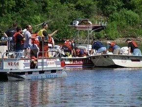 Легкомоторный самолет упал в реку в штате Нью-Йорк
