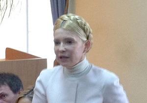 Тимошенко привезли в суд. Она выглядит уставшей и напряженной
