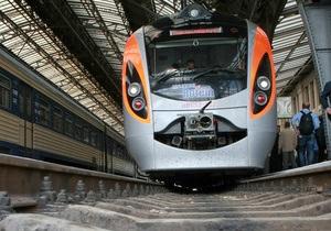 Hyundai - Поезд Hyundai по дороге из Львова в Киев сломался в поле