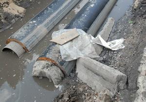 Киевские коммунальщики вручную ремонтируют кабельную линию, поврежденную в начале декабря