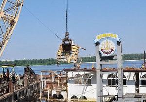 В Киеве на Днепре начали демонтаж плавучего отеля Адмирал