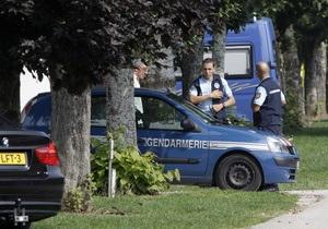 Франция: полиция не заметила под телами убитых девочку