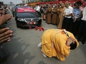 Китаянка протащила восемь автомобилей, привязанных лентами к ее косе