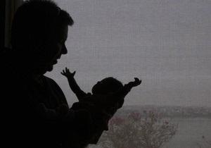 Азаров обещает повысить размер госпомощи при рождении ребенка на 60% до конца года