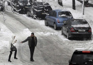 Из-за снегопадов на юге Украины осложнено движение транспорта