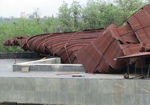 На Хортице сильный смерч снес железное покрытие крыши со здания музея казачества