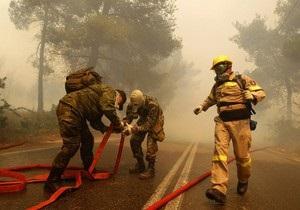 Лесные пожары в пригороде Афин тушат более 400 человек