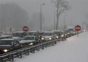 В США из-за снежной бури десятки автомобилистов застряли в пути