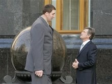 Ющенко вручил самому большому украинцу спецавтомобиль