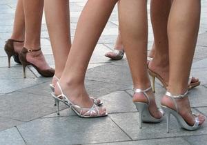 В Донецком облсовете хотят запретить высокие каблуки, блестящие костюмы и три кольца на руке