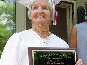 В США женщина получила аттестат об окончании школы в 90 лет