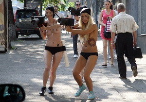 FEMEN: Сотрудник посольства Грузии сорвал топлес-акцию Фотоохота и напал на фотографа