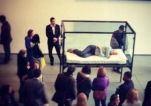 Актриса Тильда Суинтон спит в музее