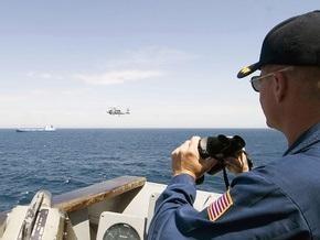 На помощь судну с американцами, захваченному ранее пиратами, прибыл эсминец ВМС США