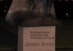 На Прикарпатье спилили памятник советскому летчику