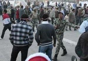 На главную площадь Каира опять стекаются тысячи демонстрантов