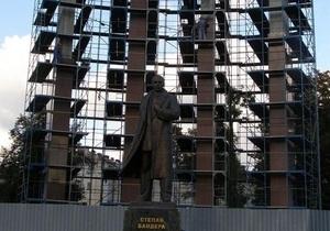 Львовский облсовет выделил 800 тыс. гривен на завершение строительства памятника Бандере