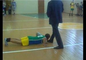 Президент Башкирии уволил чиновника, заставлявшего школьников целовать себе ноги