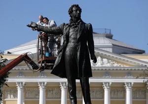В Петербурге ко дню рождения Пушкина помыли памятник поэту