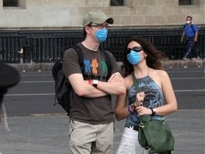 Французским школьникам запретили здороваться поцелуями, чтобы не заразиться A/H1N1