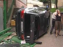 На украинских дорогах устанавливают разбитые авто для устрашения