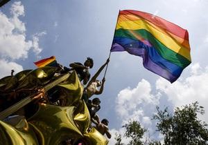Участник берлинского гей-парада укусил двоих девочек