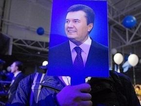 В Красноперекопске люди в черном раздавали хлеб от имени Януковича