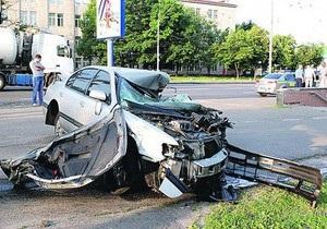 В Киеве водитель Nissan снес остановку
