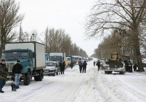 По всей Украине возникли снежные заторы: МЧС призывает водителей воздержаться от поездок